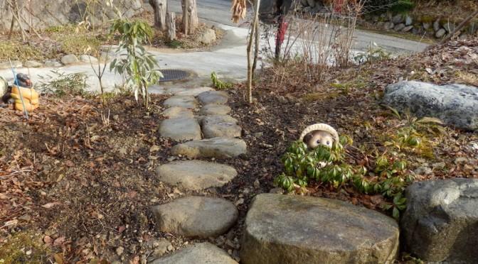 レストラン前庭に石で・・(2月5日)